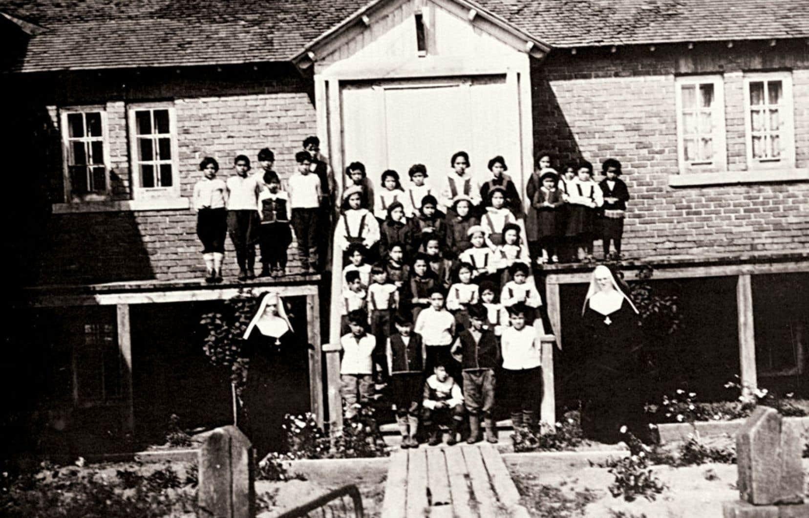 De 1880 à 1920, de 25 % à 30 % des jeunes autochtones mouraient au cours de leur séjour au pensionnat.