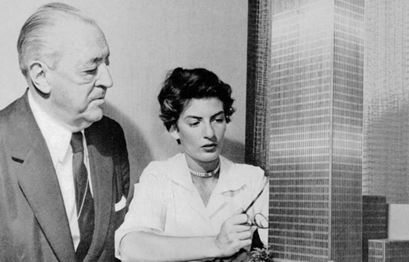 Phyllis Lambert et l'architecteMies van der Rohe devant la maquette de l'édifice Seagram.