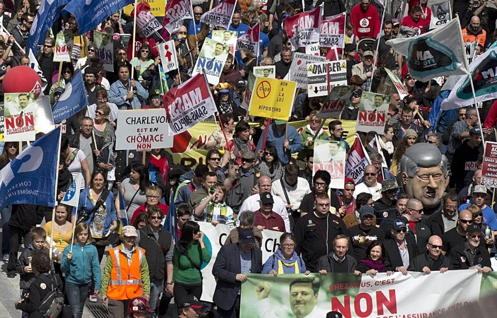 Des manifestants étaient venus de partout au Québec pour dénoncer les récentes restrictions fédérales touchant les chômeurs.