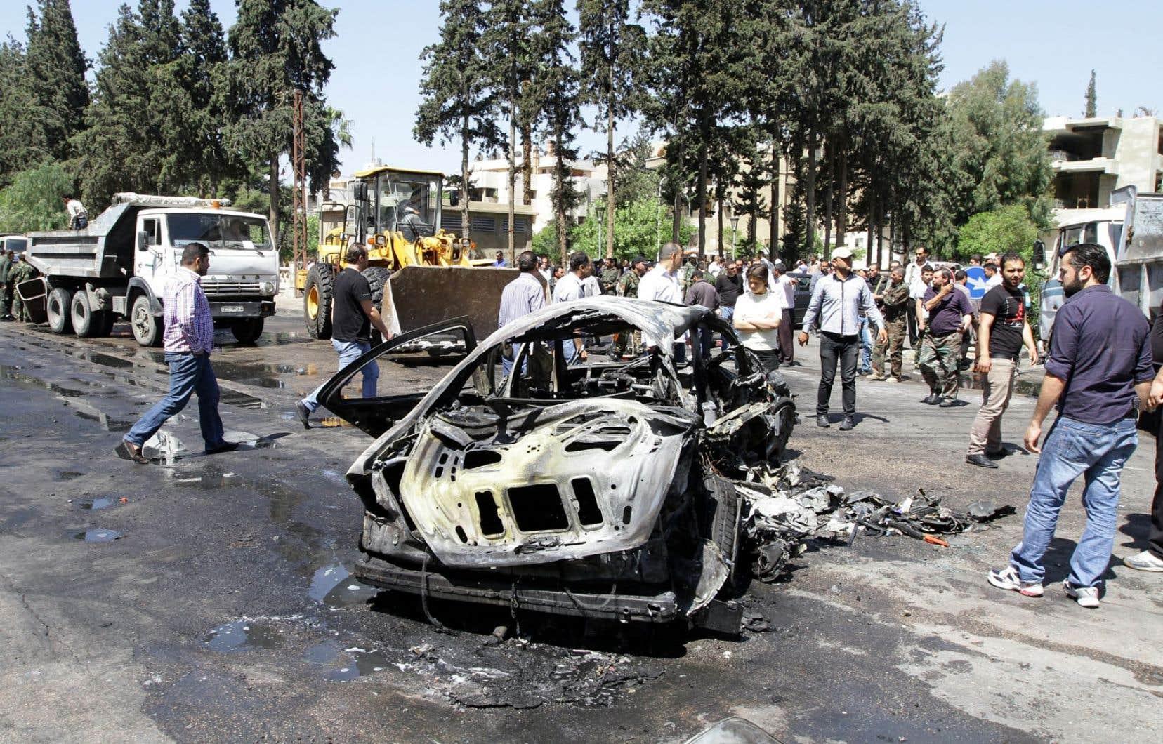 Les gens se sont rendus sur les lieux de l'attentat contre le premier ministre syrien lundi.