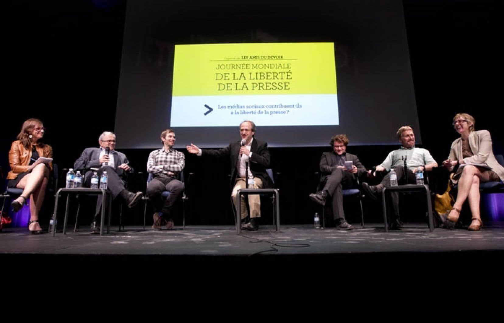 Lisa-Marie Gervais, Jean-Jacques Stréliski, David Desjardins, Antoine Robitaille, Fabien Deglise, Pierre Sormany et Carole Beaulieu ont participé au débat organisé la veille de la Journée mondiale de la liberté de la presse.
