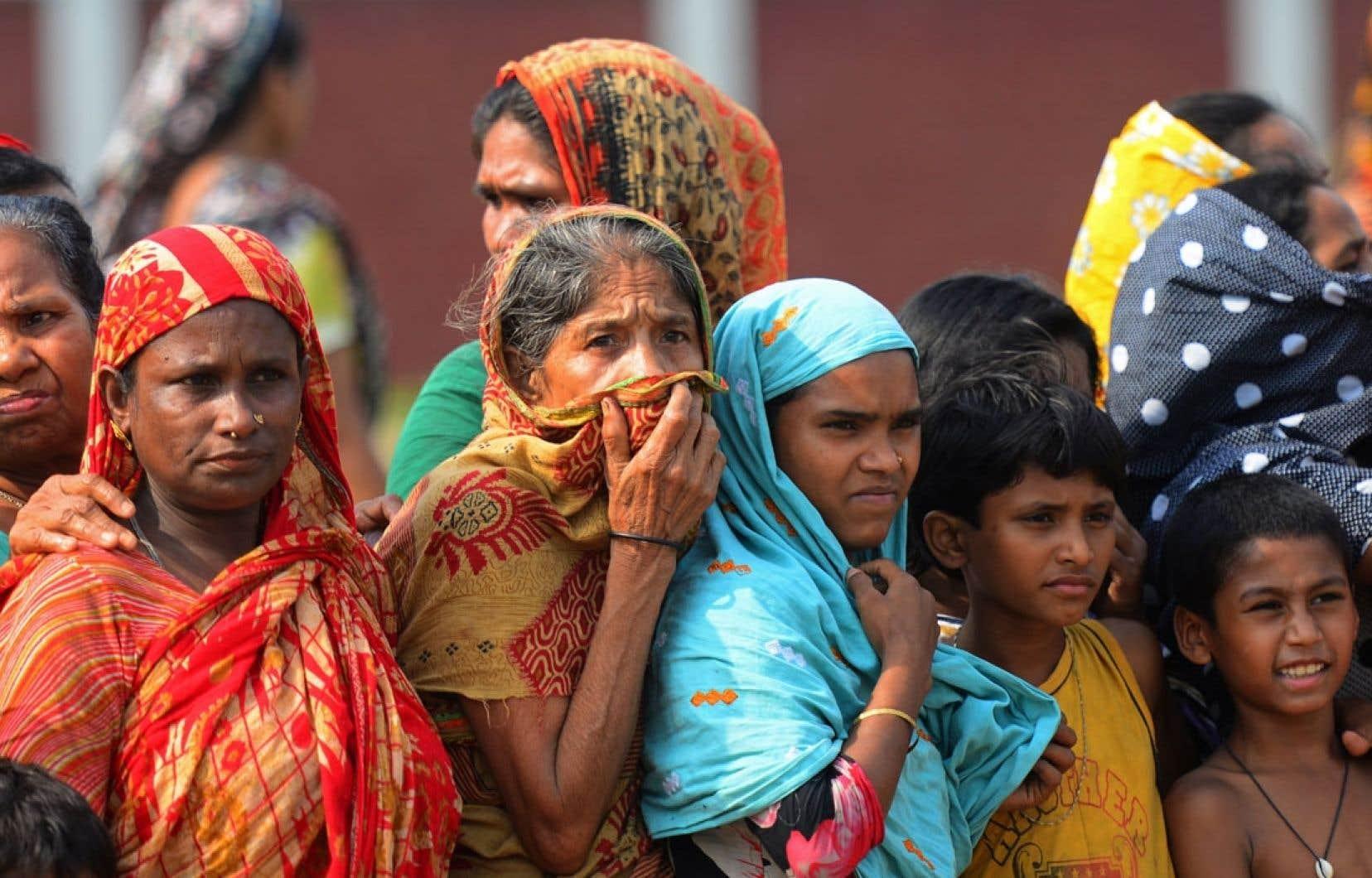 <div> Des travailleuses assistent aux funérailles de collègues mortes dans l'effondrement de l'édifice Rana Plaza, au Bangladesh.</div>
