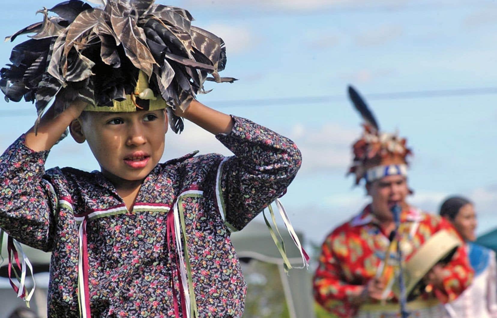 Des autochtones d'ici et d'ailleurs sont de plus en plus nombreux à réclamer des objets, œuvres d'arts et autres biens culturels qui sont détenus par les musées.