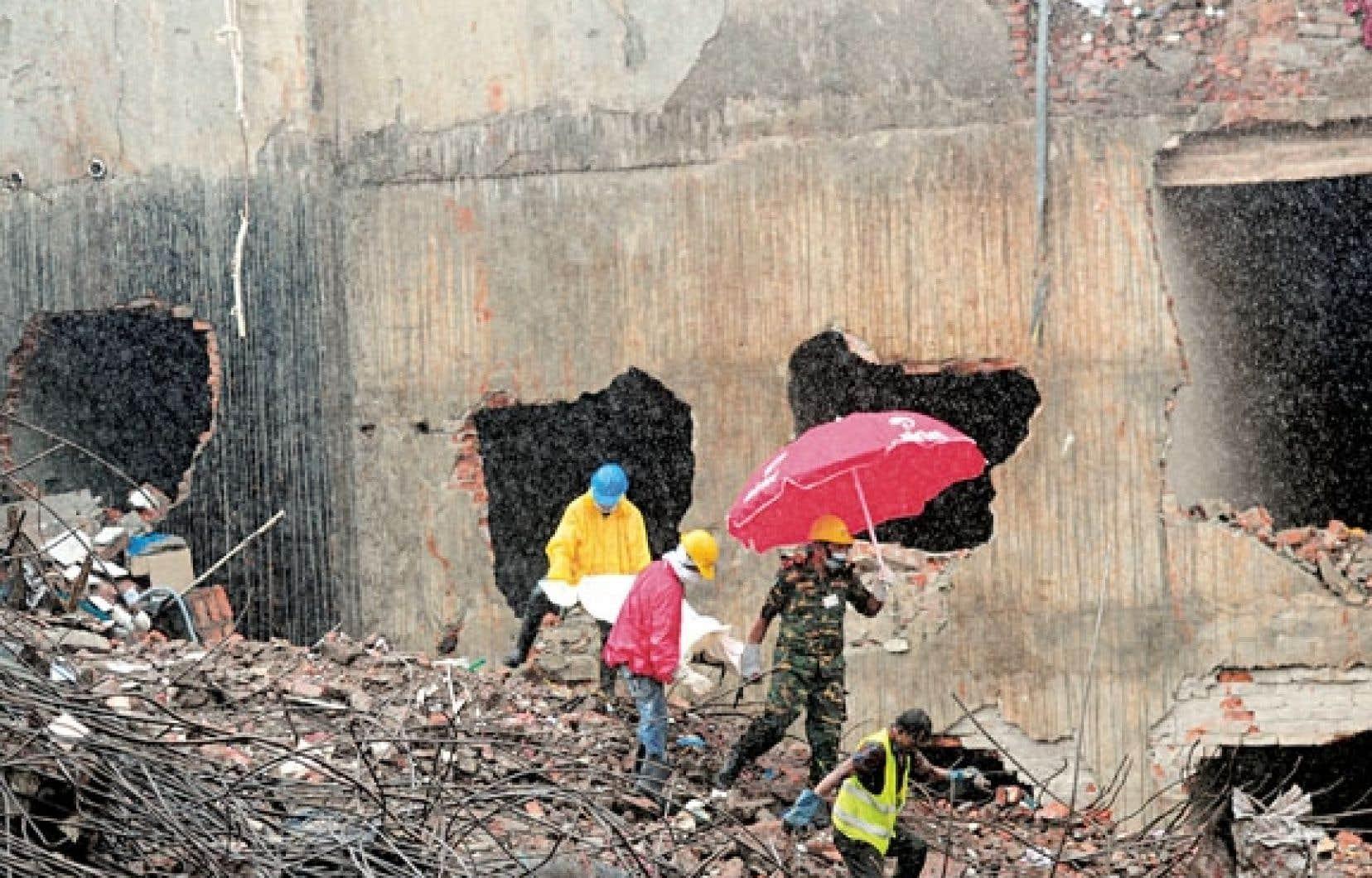 Les fouilles des décombres se poursuivent à Dacca.