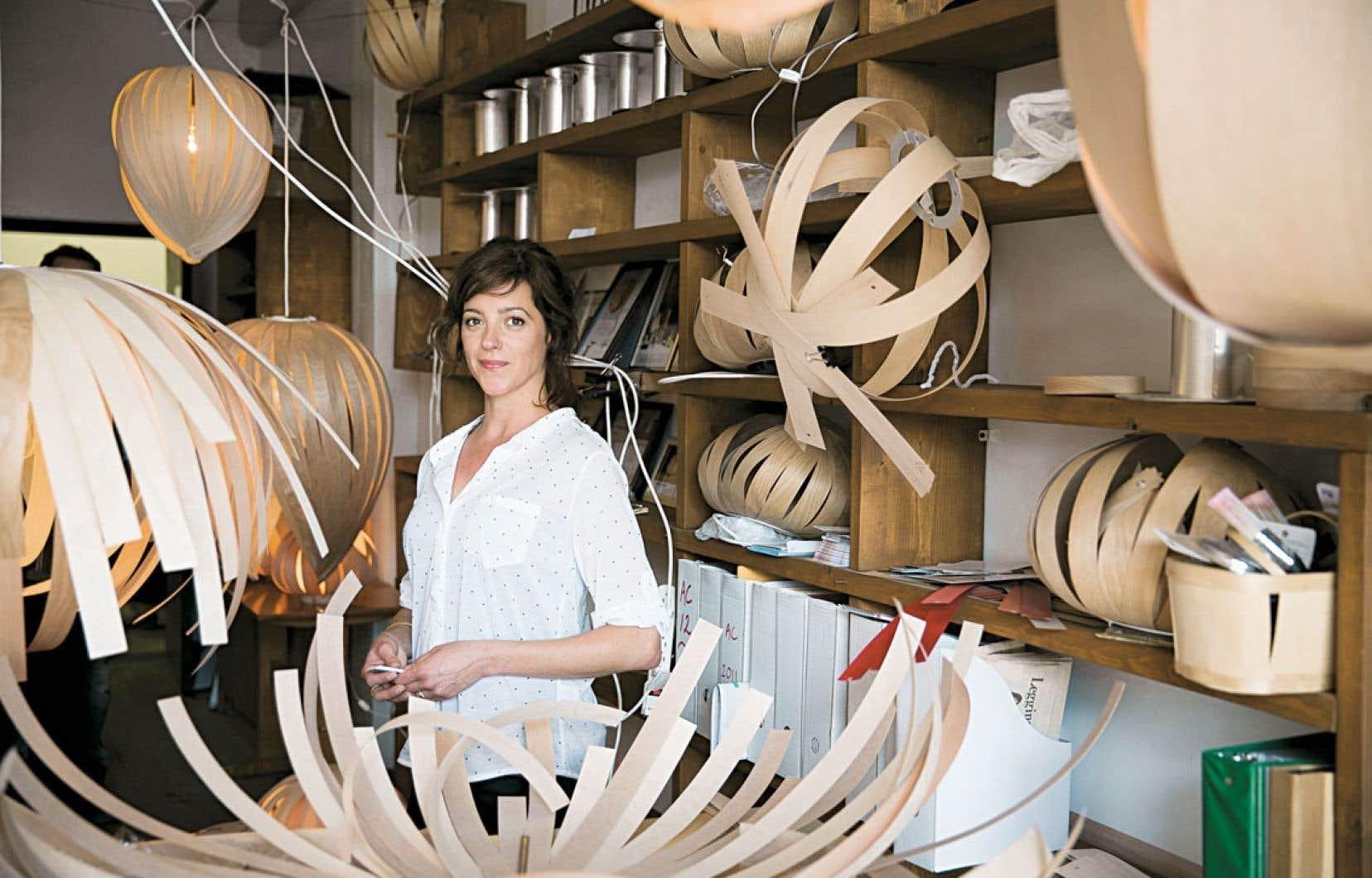 L'Atelier cocotte, mené par Isabelle Auger, fabrique des lampes végétales en utilisant des essences locales, comme le merisier et l'érable.