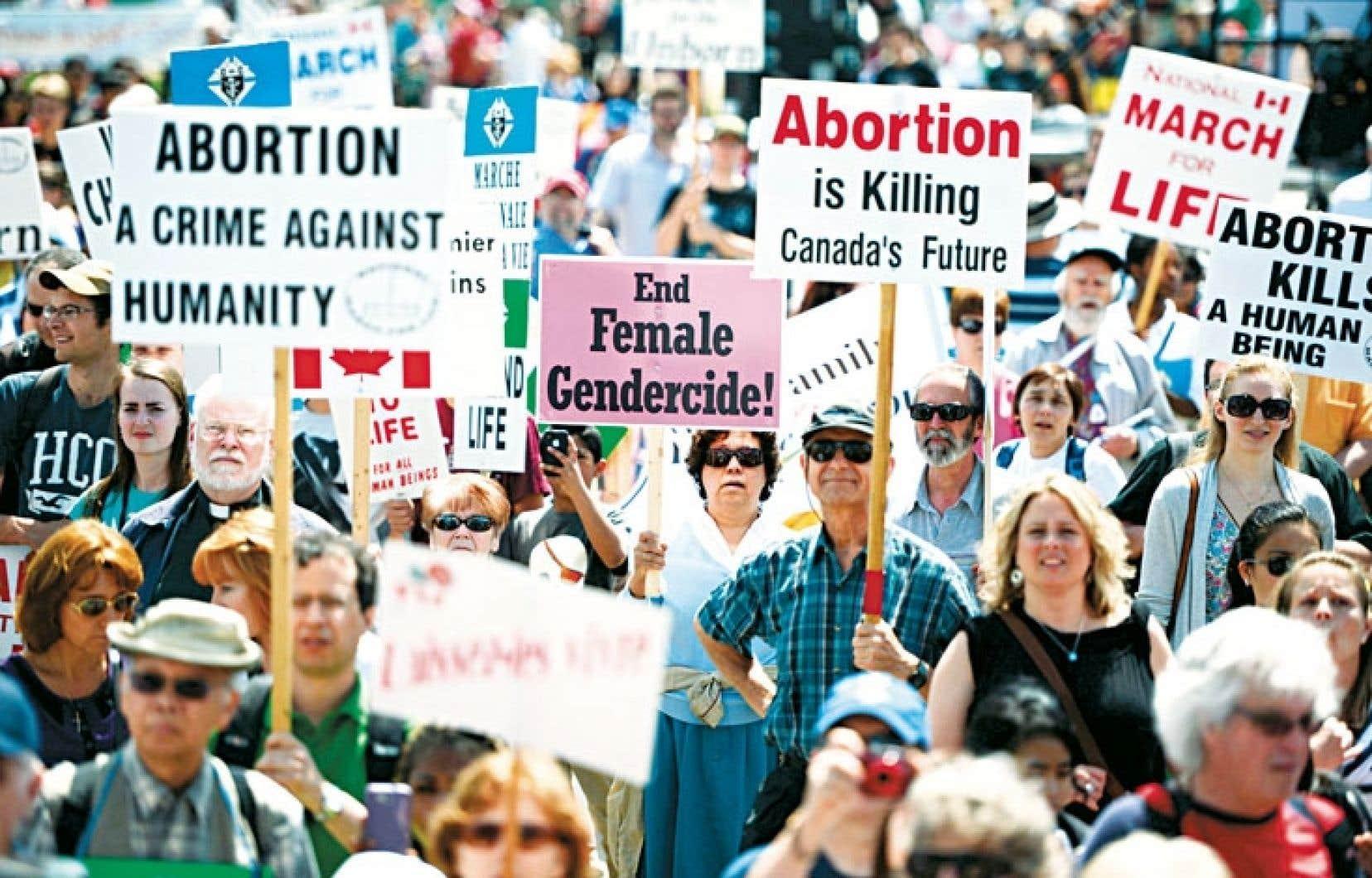 Une vingtaine de députés conservateurs ont pris part à la marche annuelle pro-vie regroupant des milliers de participants.