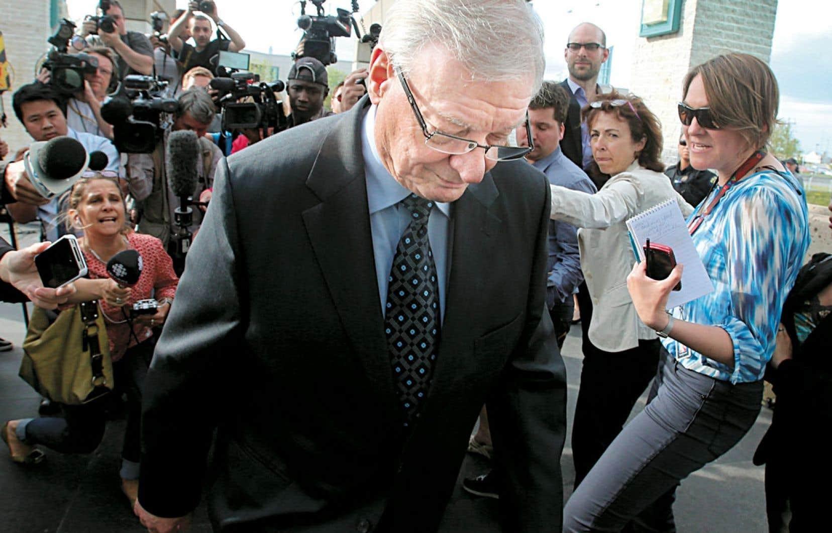 <div> Assailli par les journalistes, Gilles Vaillancourt quitte le palais de justice de Laval, où de multiples charges ont été déposées contre lui jeudi.</div>