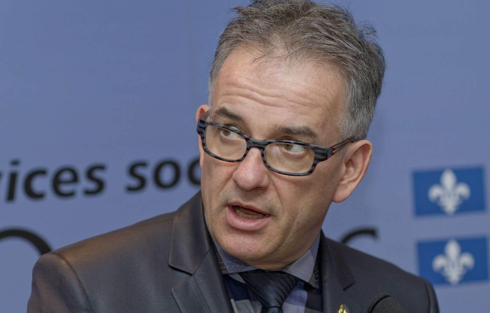 Le ministre de la santé, Réjean Hébert, a mandaté le commissaire à la santé et au bien-être, Robert Salois, pour répondre à ses questions sur la procréation assistée par l'entremise d'une consultation publique.