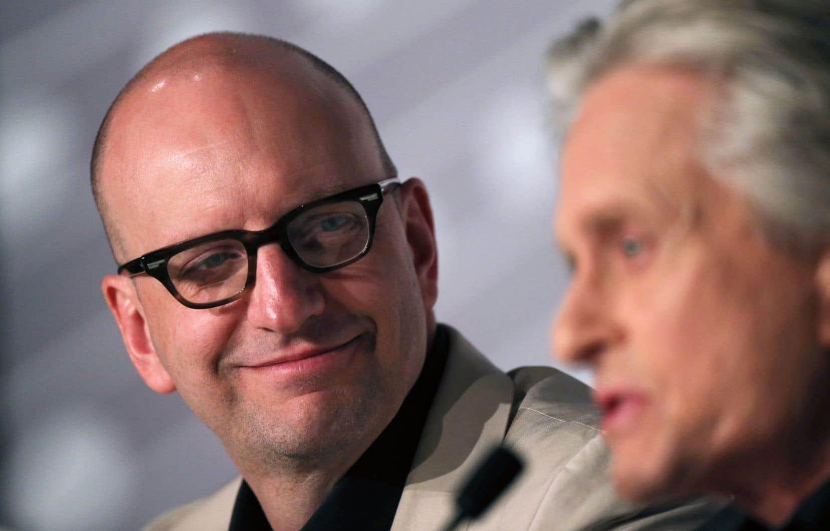 Le cinéaste Steven Soderbergh écoute l'acteur Michael Douglas.