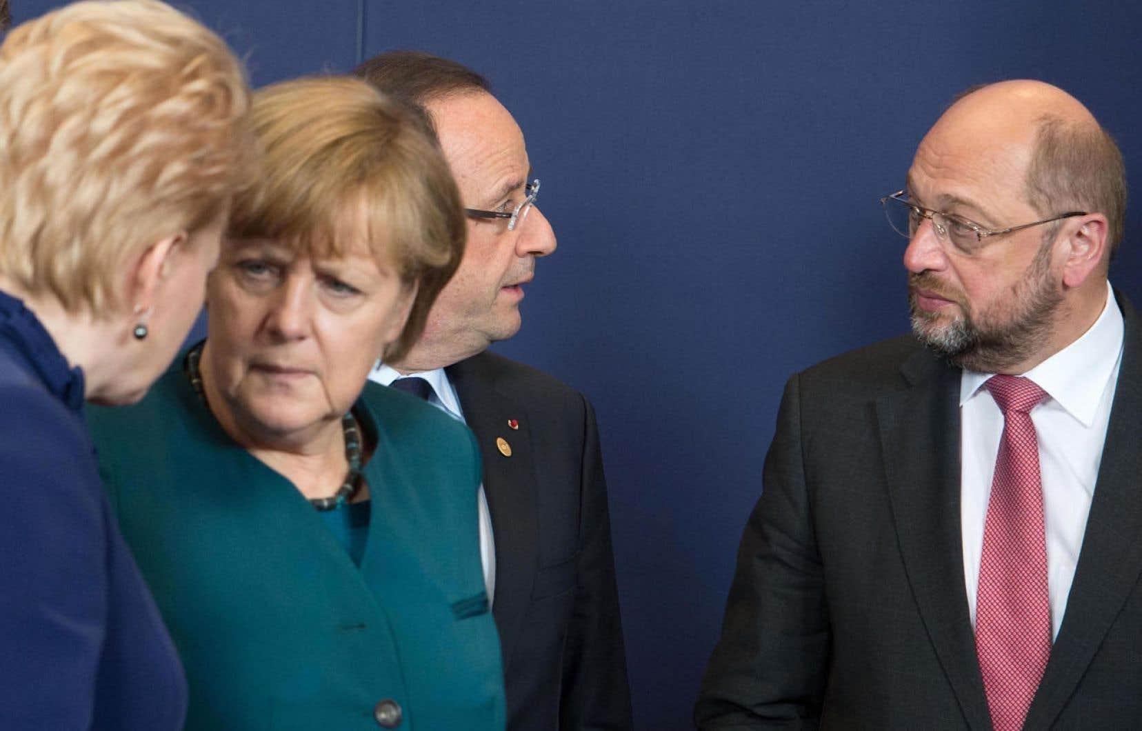 La présidente de la Lithuanie, Dalia Grybauskaite, la chancelière allemande, Angela Merkel, le président français, François Hollande, et le président du Parlement européen, Martin Schultz, discutant avant la prise de photo officielle au terme du sommet européen.