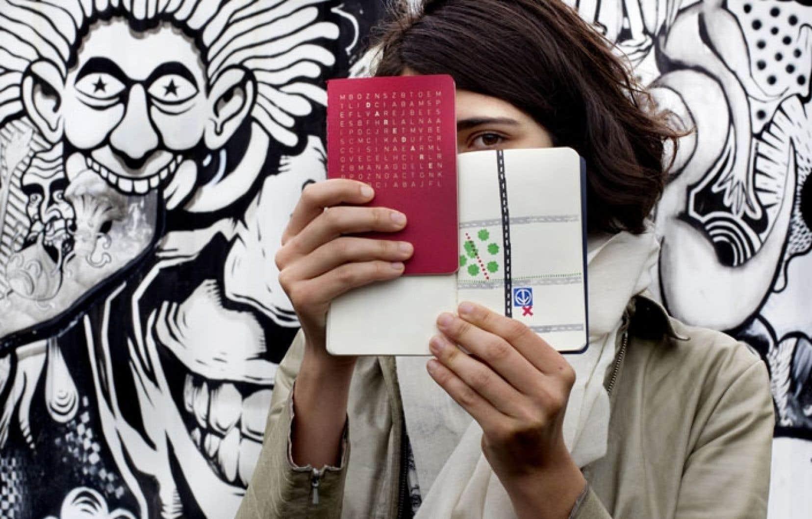 Le Passeport Dare-Dare est rouge comme un passeport suisse. On se le procure à la roulotte recouverte de la griffe du collectif En Masse, située aux abords de la station de métro Saint-Laurent à Montréal.