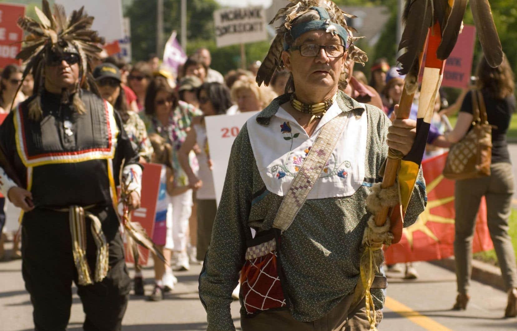 Des Amérindiens à une manifestation en 2010, lors du 20e anniversaire du début de la crise d'Oka
