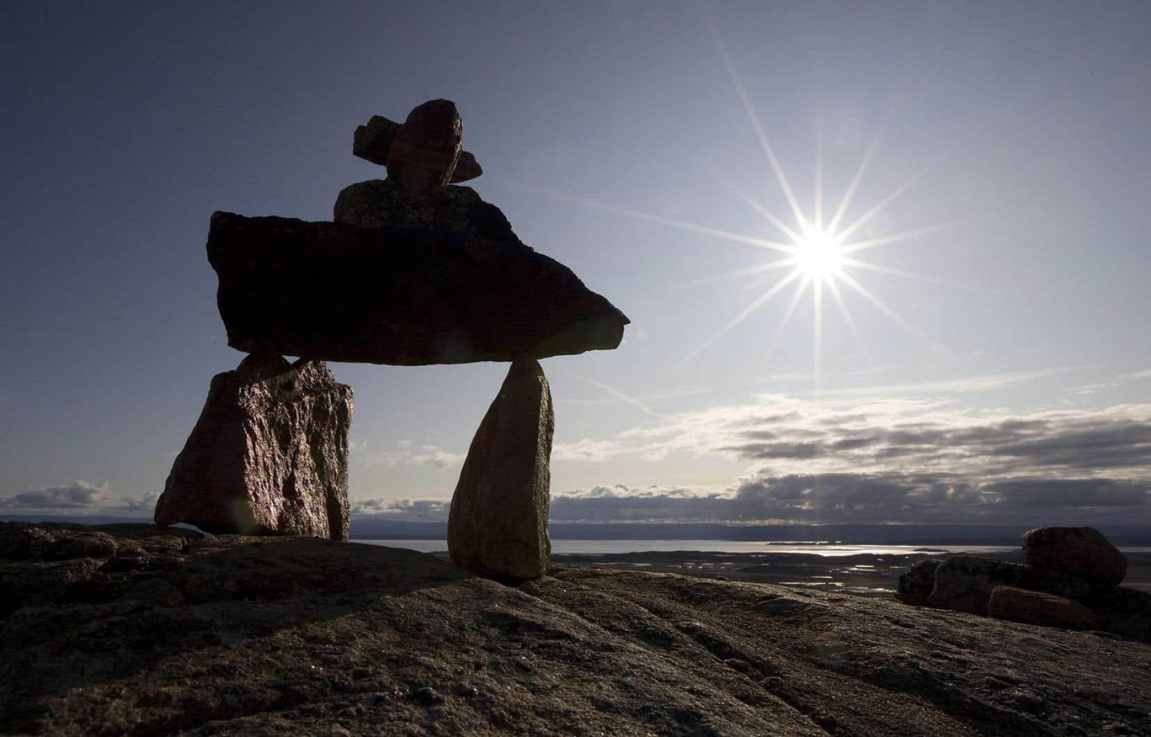 Un inukshuk près d'Iqaluit, au Nunavut. Une étude conclut que les suicides, au Nunavut, semblent plus fréquents chez les jeunes hommes d'environ 24 ans, célibataires, sans emploi et relativement moins éduqués.