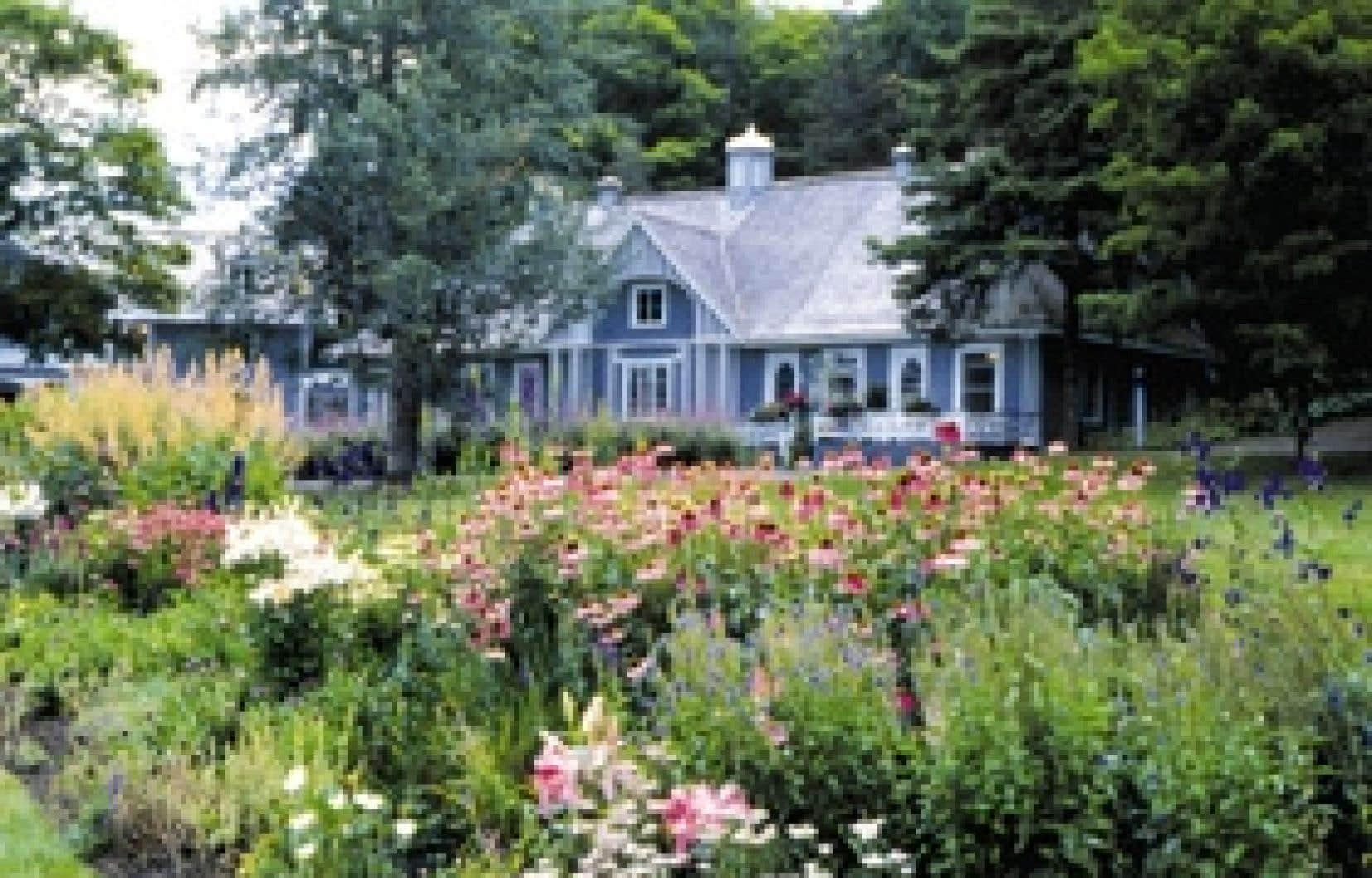 Le Domaine Joly-De Lotbinière. Les allées sinueuses, les petits kiosques, les jardins rustiques et la galerie autour du manoir s'inspirent du mouvement romantique.