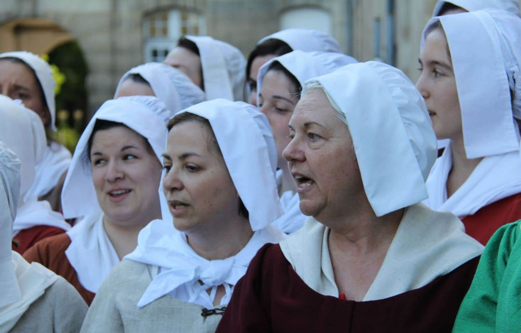 Trente-six Québécoises ont entamé à Paris un périple qui les mènera sur les traces des filles du Roy.