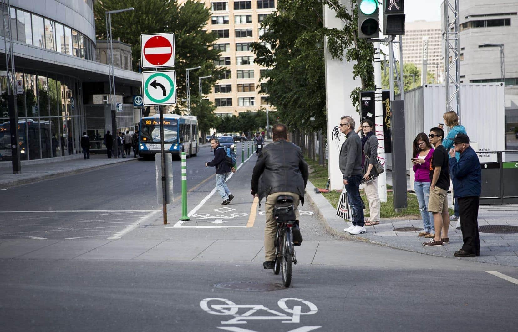 Respecter le Code de sécurité routière ? Pas toujours facile pour les cyclistes : rue Président-Kennedy, à Montréal, la signalisation oblige à virer à gauche, mais la piste cyclable, elle, continue tout droit…