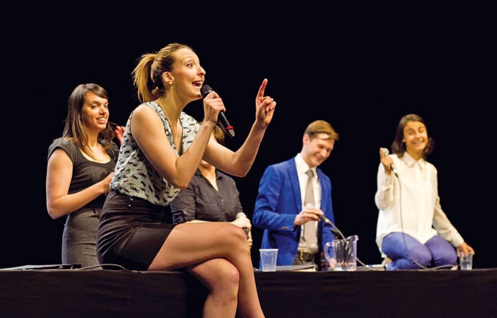 Le NoShow regroupe sept comédiens qui siègent devant le public comme s'il s'agissait d'une assemblée générale.