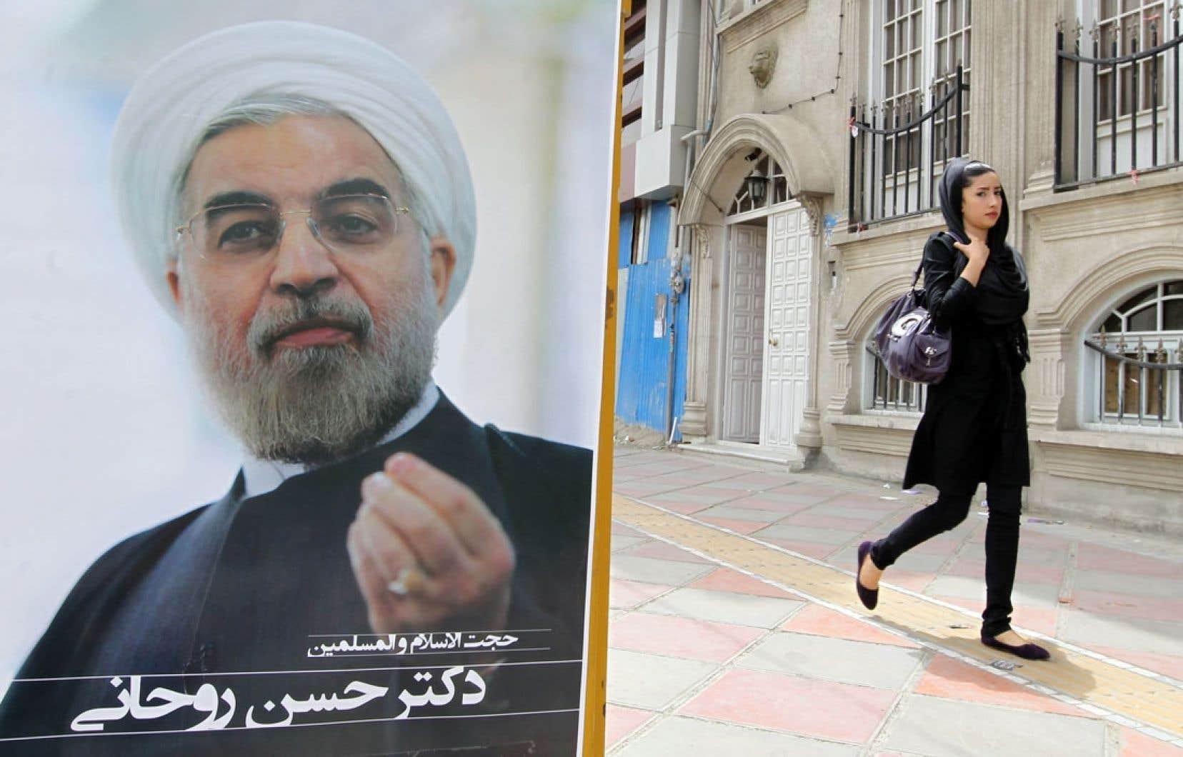 Une Iranienne est passée mardi près d'une affiche électorale du réformateur Hassan Rohani.