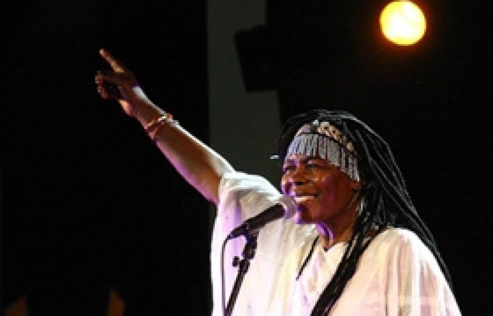 source fina Stella Chiweshe fut la première à se faire reconnaître dans un monde jusque-là réservé aux hommes, la première à jouer du mbira lors de rencontres clandestines. Source:FINA