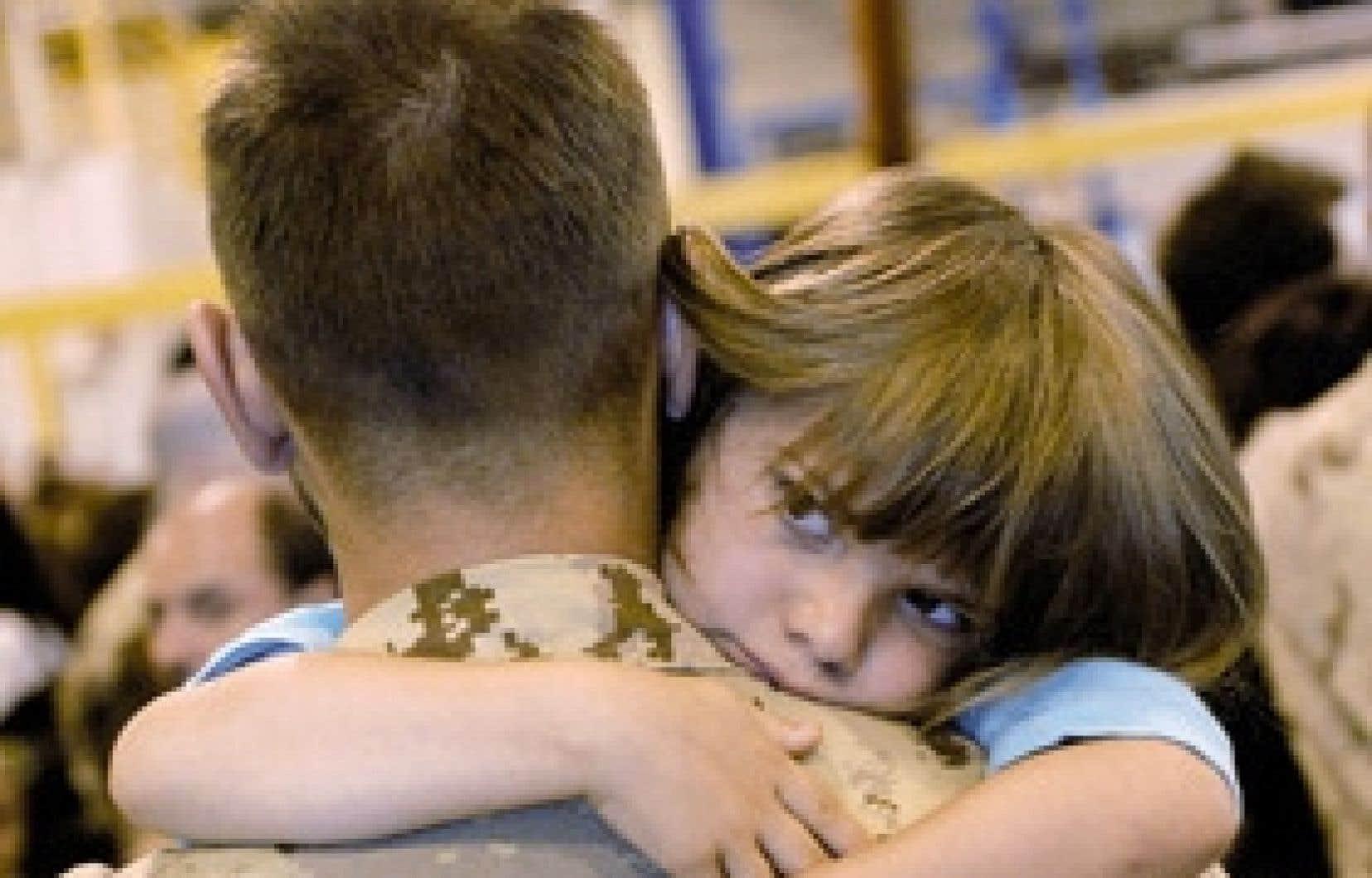 Le militaire Dominique Allard serre dans ses bras sa fille de six ans, Marianne, peu avant son départ vers l'Afghanistan au sein du premier contingent de soldats québécois, hier, à Valcartier.