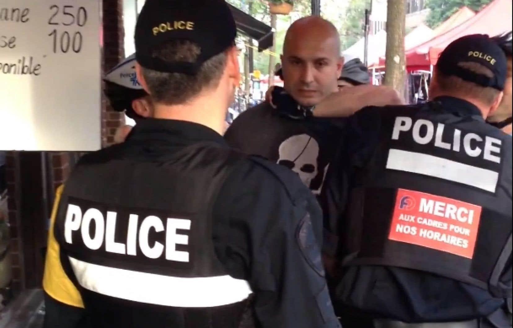 Les policiers ont négocié pendant huit minutes avec le responsable du kiosque, un homme grand et costaud qui a refusé de baisser le volume. Son comportement a incité les policiers à l'arrêter.