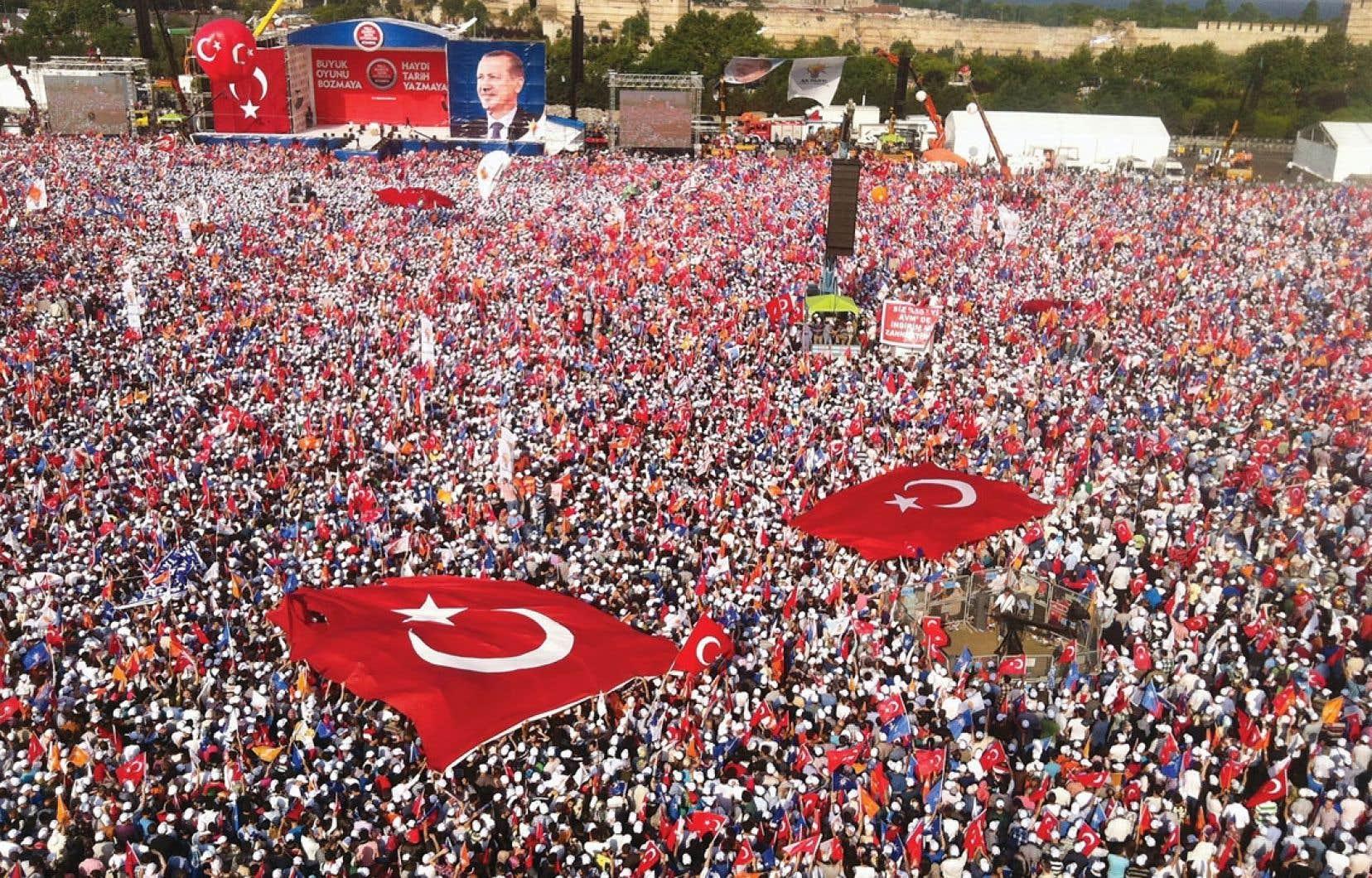 Plus de 100 000 partisans du premier ministre turc se sont réunis pour lui témoigner leur soutien.
