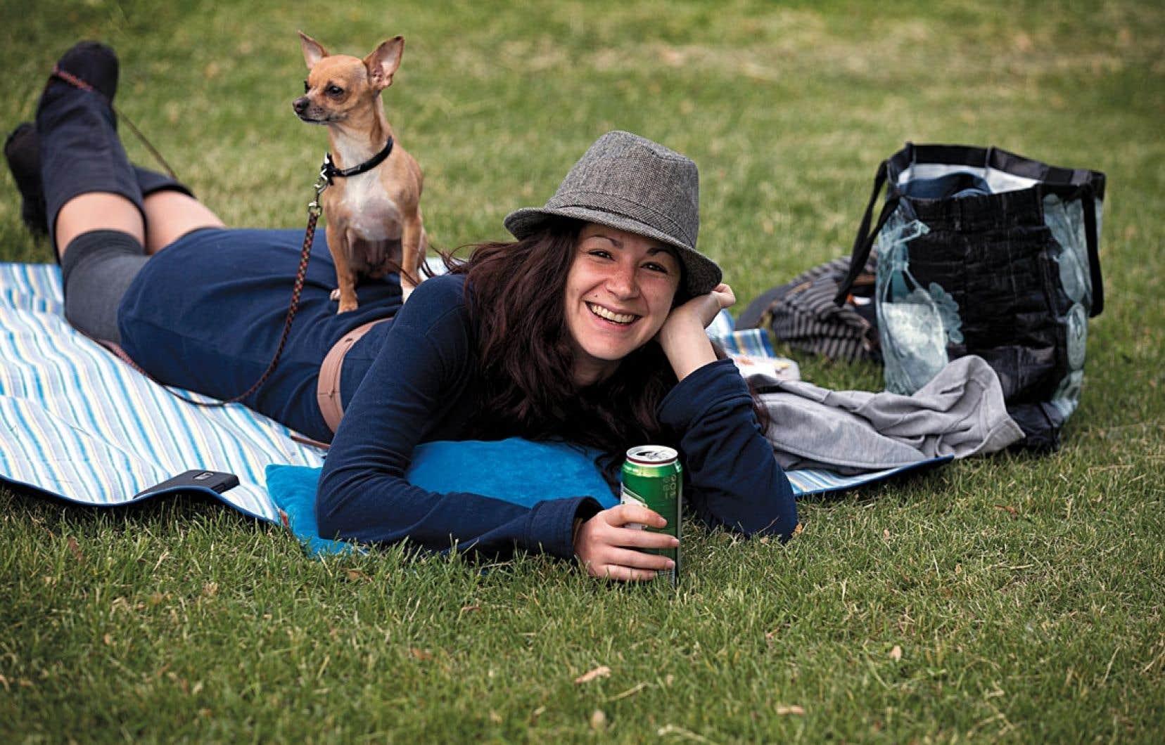 Julie et son chien Téquila savourent la Journée de la lenteur et le solstice d'été en conjuguant flâner et farnienter.