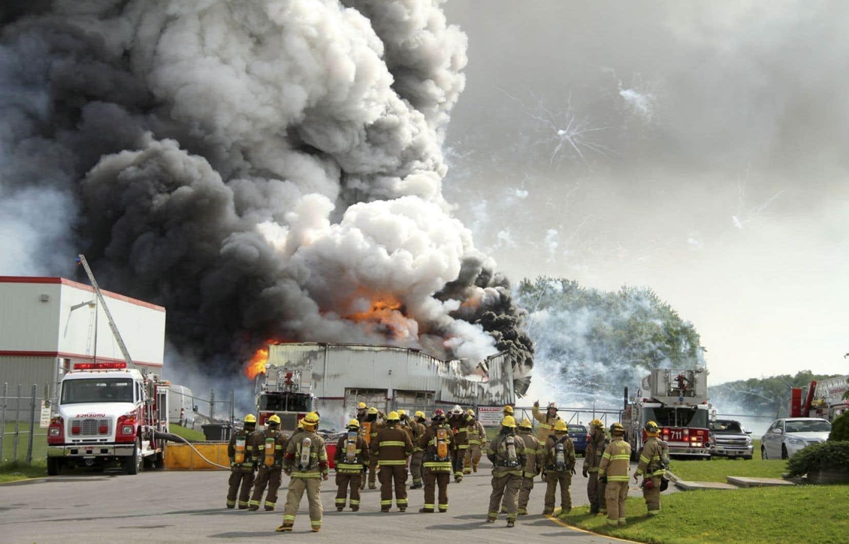 La tâche des pompiers a été compliquée par le fait qu'il n'y avait aucune alimentation en eau près de l'immeuble.