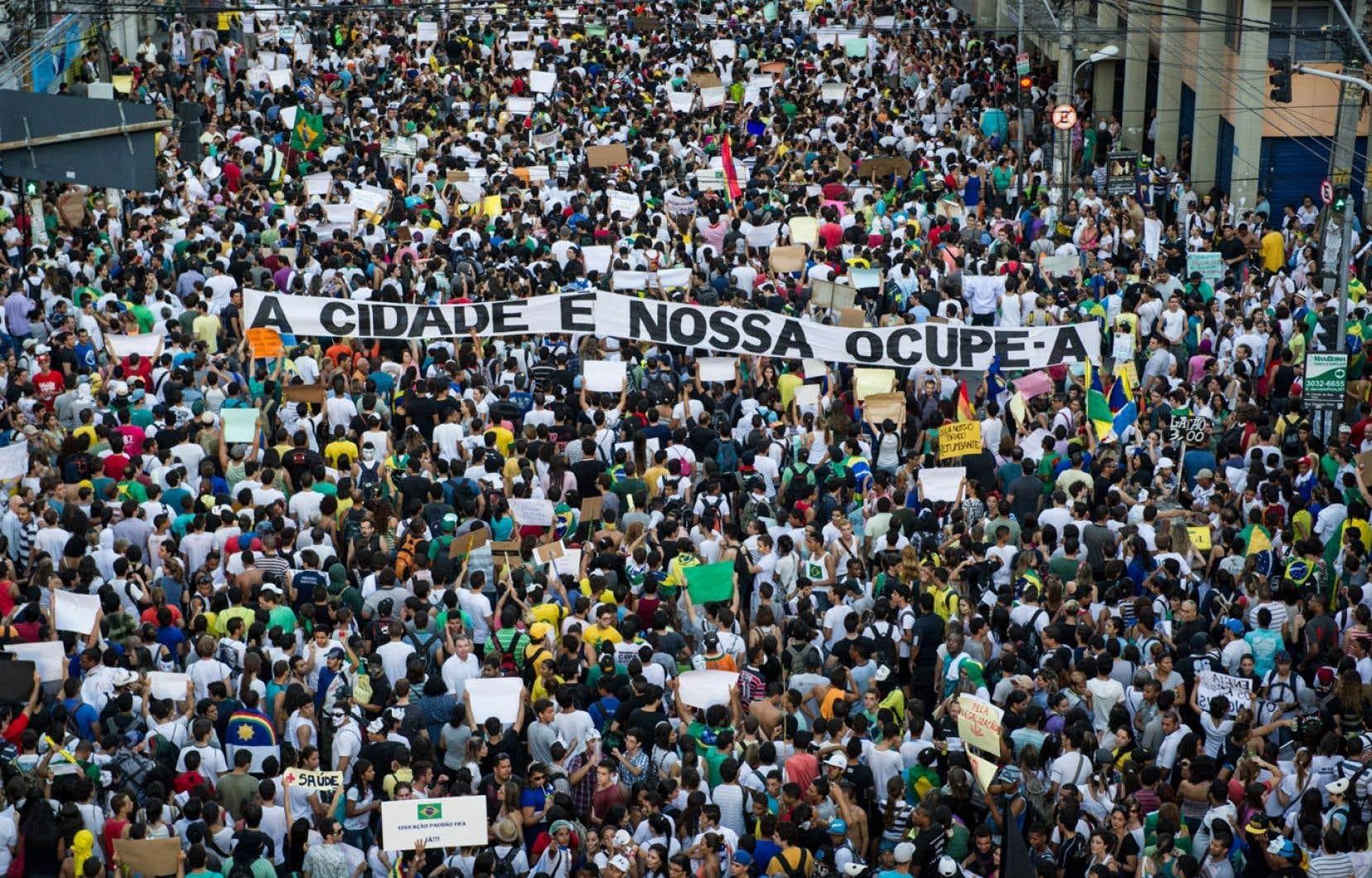 <div> Les manifestations (ici dans la ville de Recife) surviennent au moment où le pays accueille le tournoi de soccer de la Coupe des confédérations.</div>