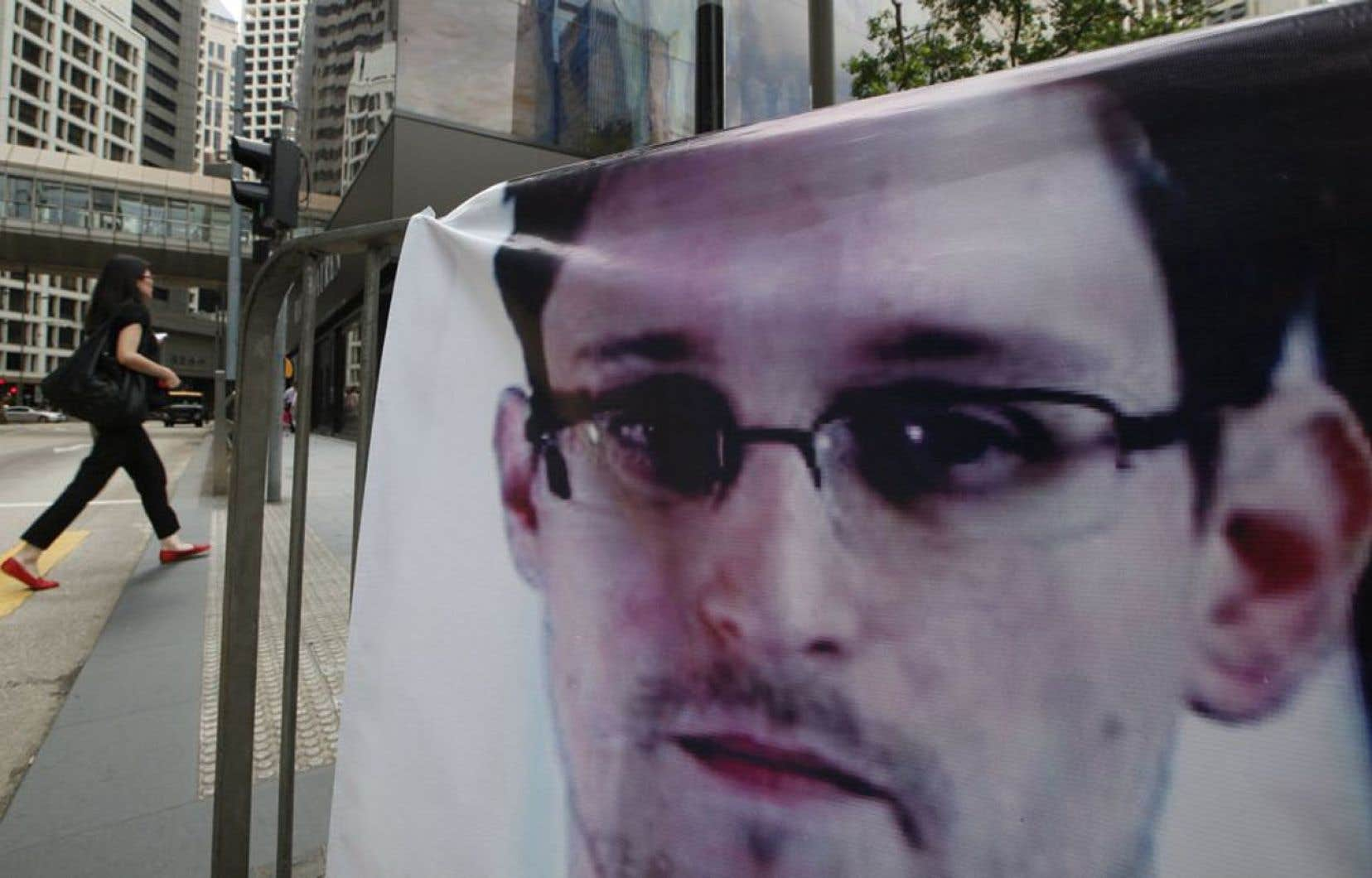 Une bannière en soutien à Edward Snowden est déployée dans le quartier des affaires de Hong Kong.