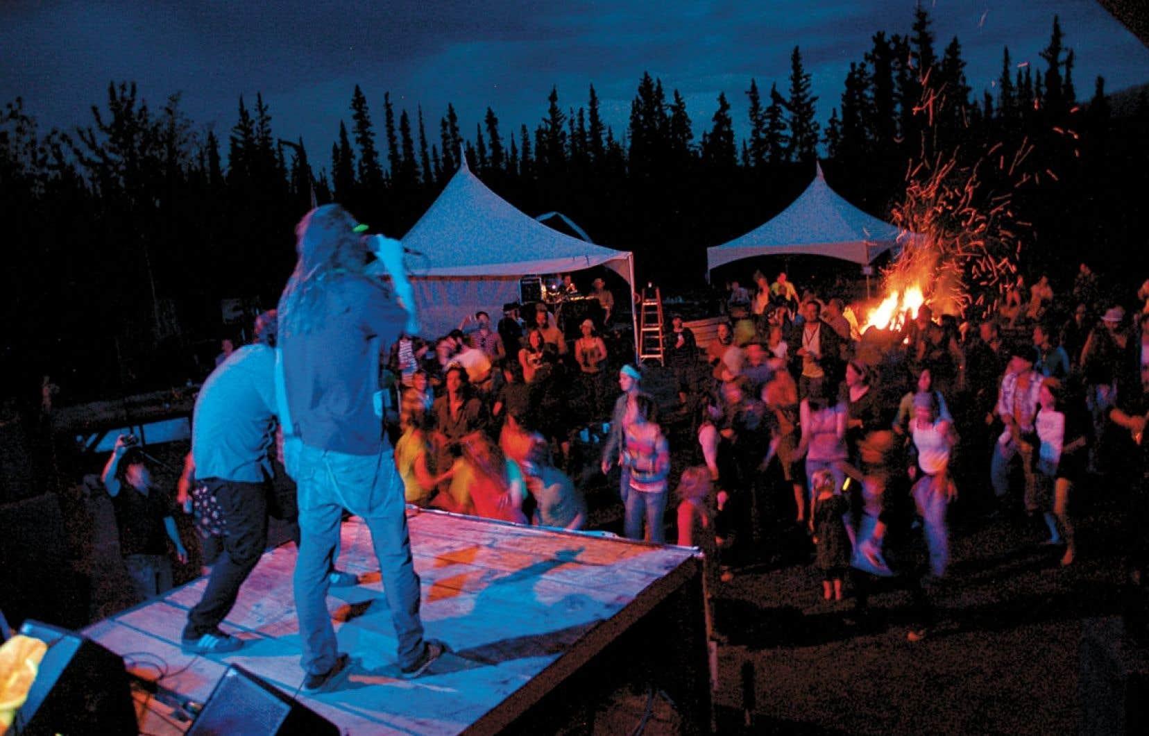 Méli-mélo de plusieurs traditions, la fête Solstice Saint-Jean-Baptiste (ainsi renommée en 2008) de Whitehorse inclut désormais dans son programme aussi bien les traditionnels feux de la Saint-Jean que de la musique québécoise et acadienne, de la salsa ou du bhangra…