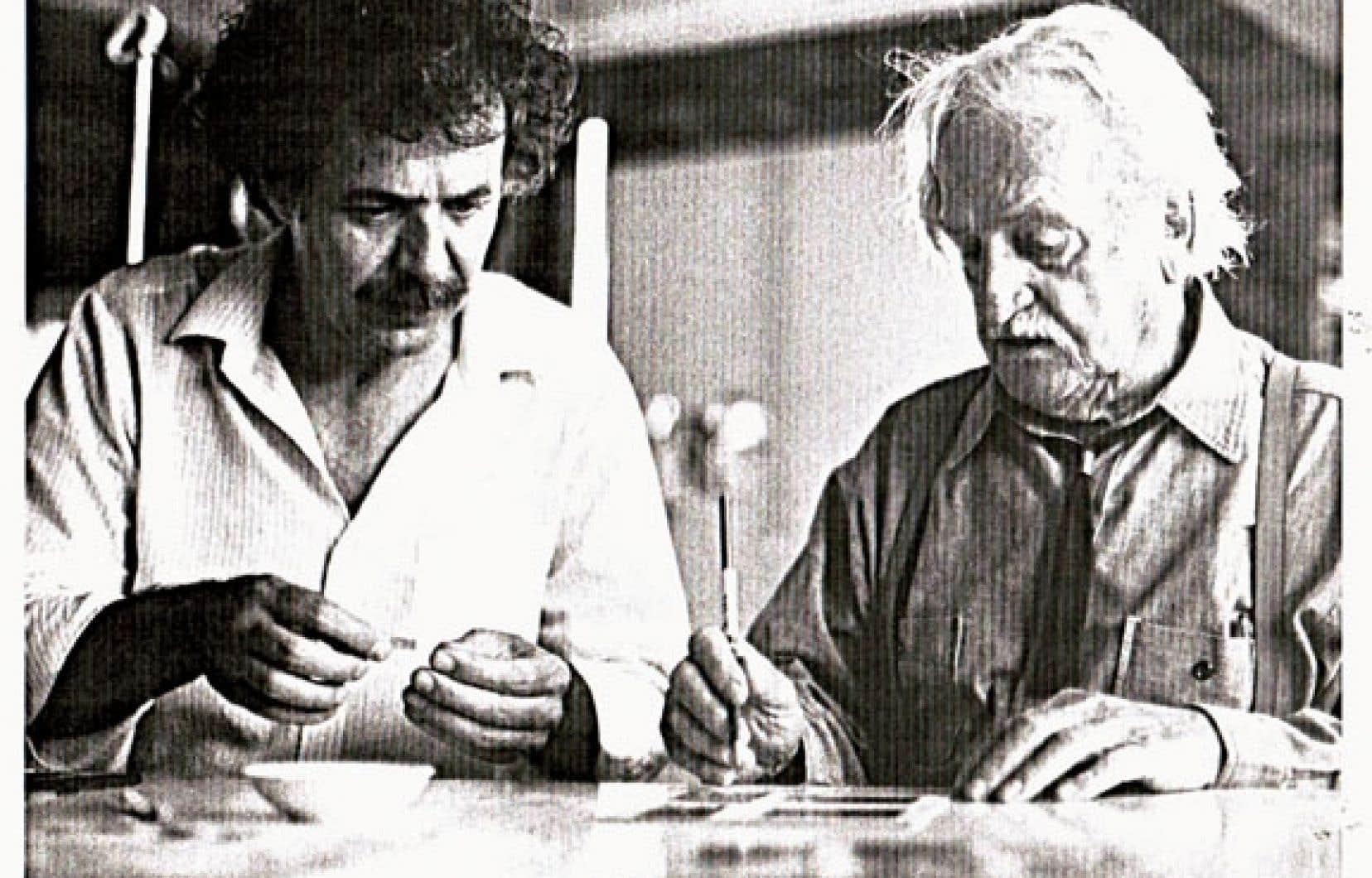 Le cinéaste André Gladu et Alfred Pellan lors du tournage de Pellan, en 1984, à Sainte-Rose