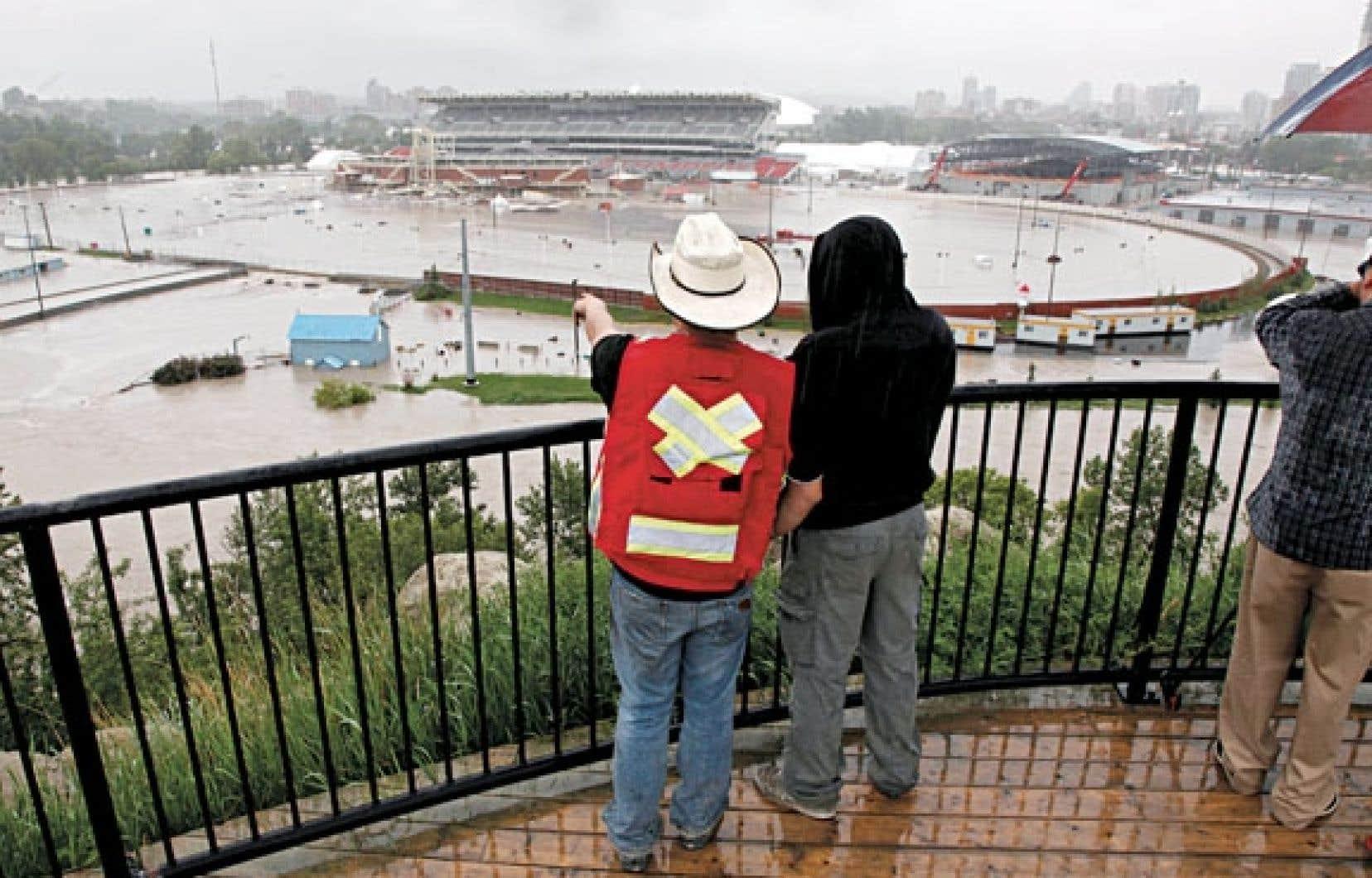 Au centre-ville, les installations du Stampede et le Saddledome ont été atteints, l'eau couvrant au moins dix rangées dans l'aréna des Flames de Calgary.