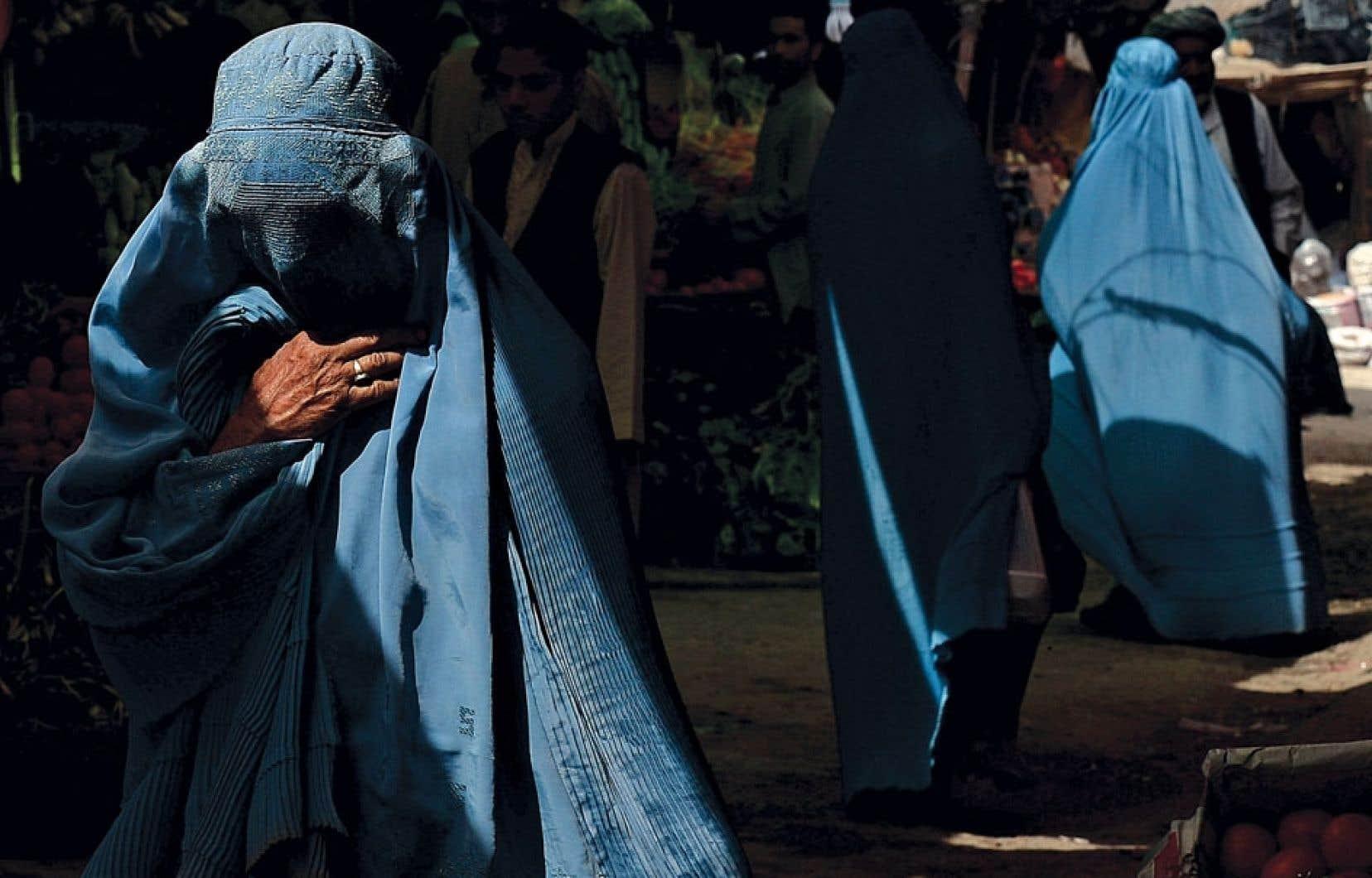 Une femme fait son marché dans les rues d'Herat, en Afghanistan. Malgré la chute des talibans, les Afghanes souffrent toujours de multiples abus, disait un rapport de l'ONU en décembre 2012.