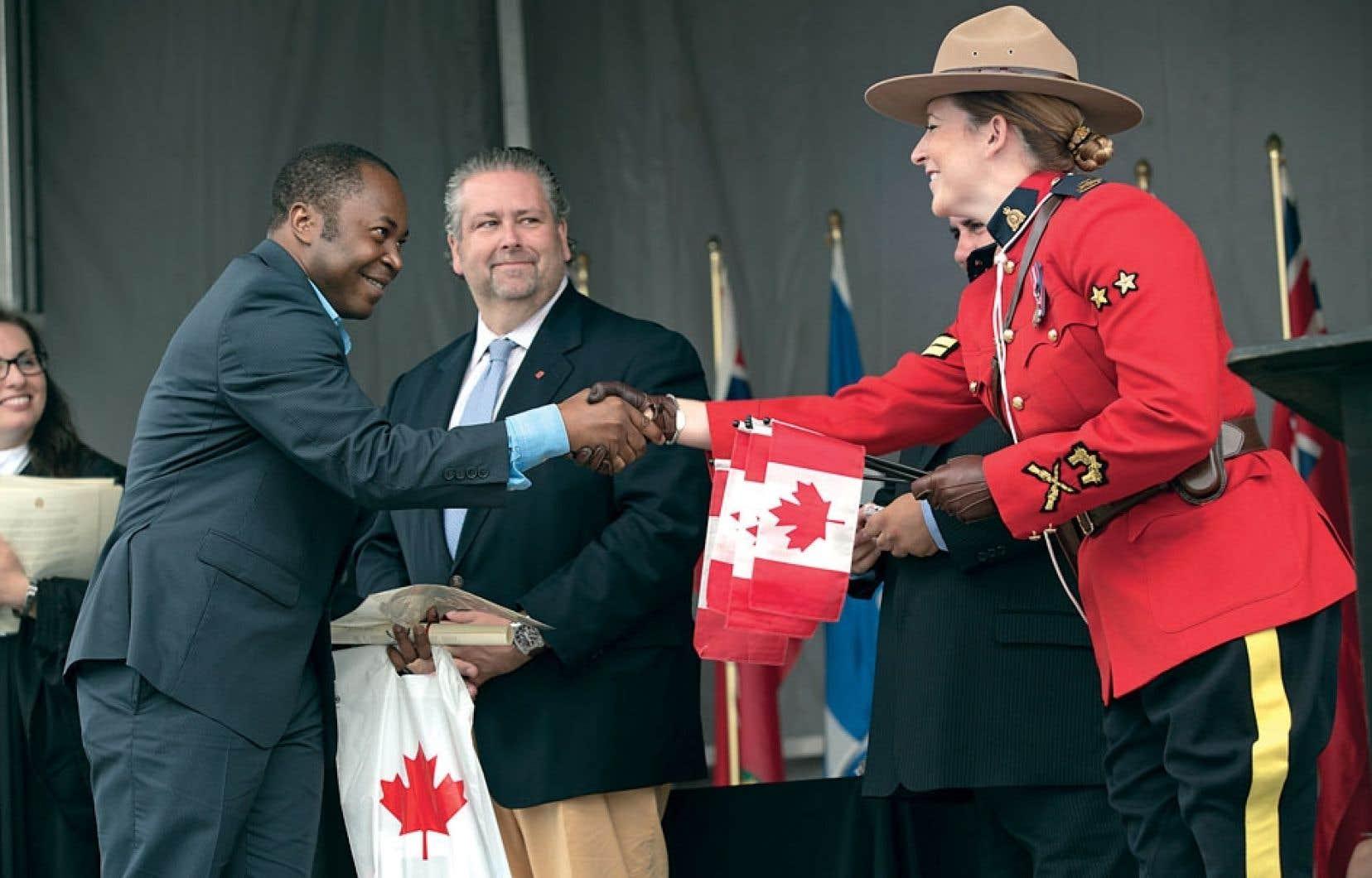 Une cérémonie de citoyenneté s'est déroulée dans le Vieux-Port de Montréal, lundi, pour célébrer la Fête du Canada.