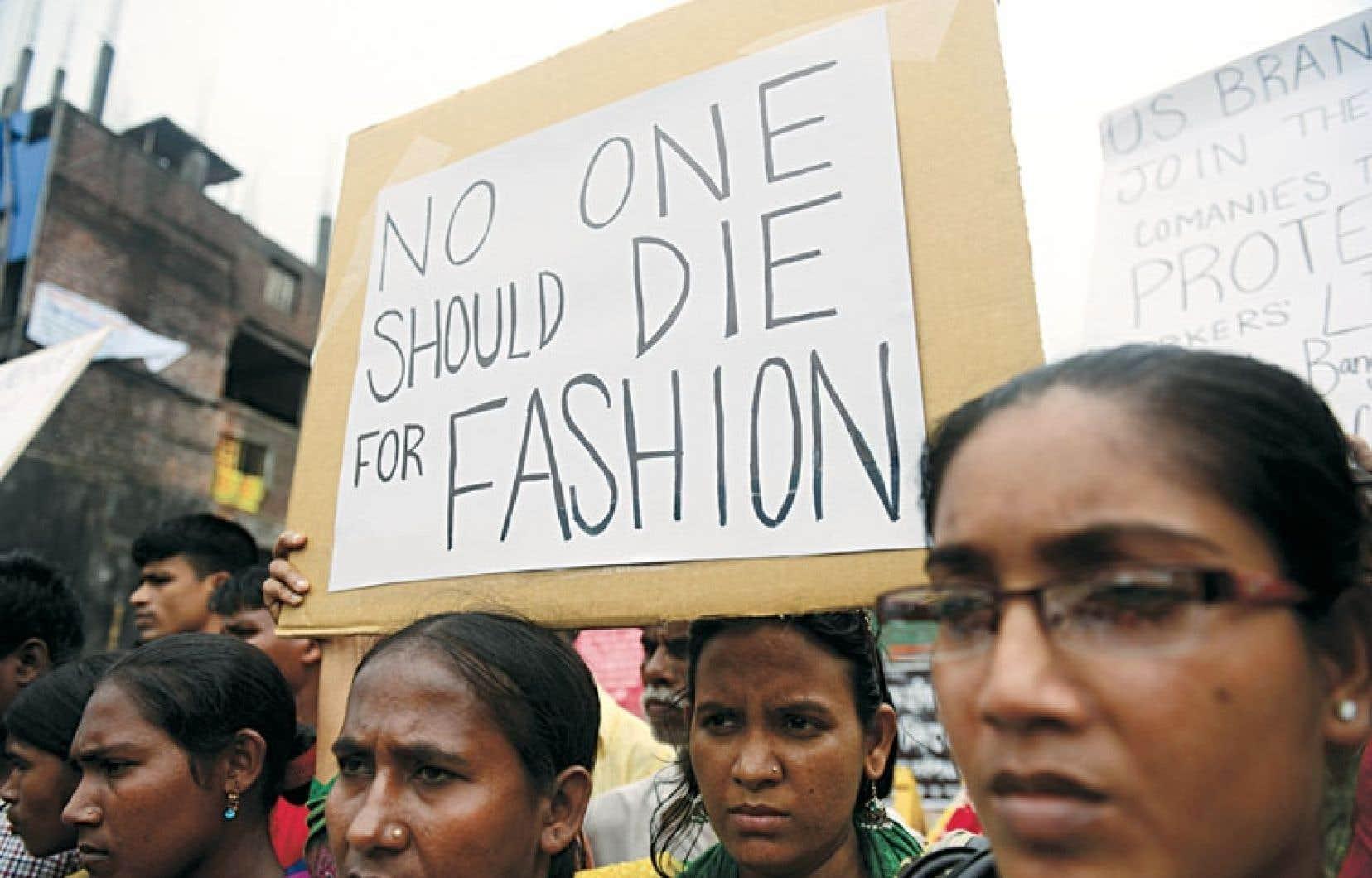 Des Bangladais manifestaient ces derniers jours sur les lieux de l'effondrement d'un immeuble au mois de mai dernier pour demander aux entreprises américaines et européennes de signer un accord qui les rendrait légalement responsables de la sécurité de leurs travailleurs.