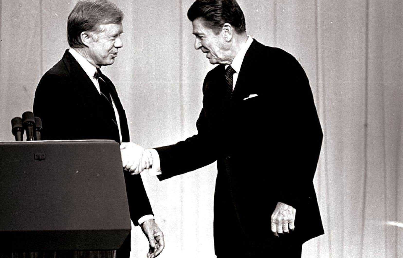 Jimmy Carter (à gauche) et Ronald Reagan, lors d'un débat présidentiel télévisé en octobre 1980. Contrairement à ce qu'on pense parfois, le moment décisif ne fut pas l'arrivée au pouvoir du républicain Ronald Reagan. Déjà sous le gouvernement démocrate de Jimmy Carter, une mobilisation sans précédent du milieu des affaires avait suscité une révolte fiscale (anti-impôts) et enclenché le début de la déréglementation.