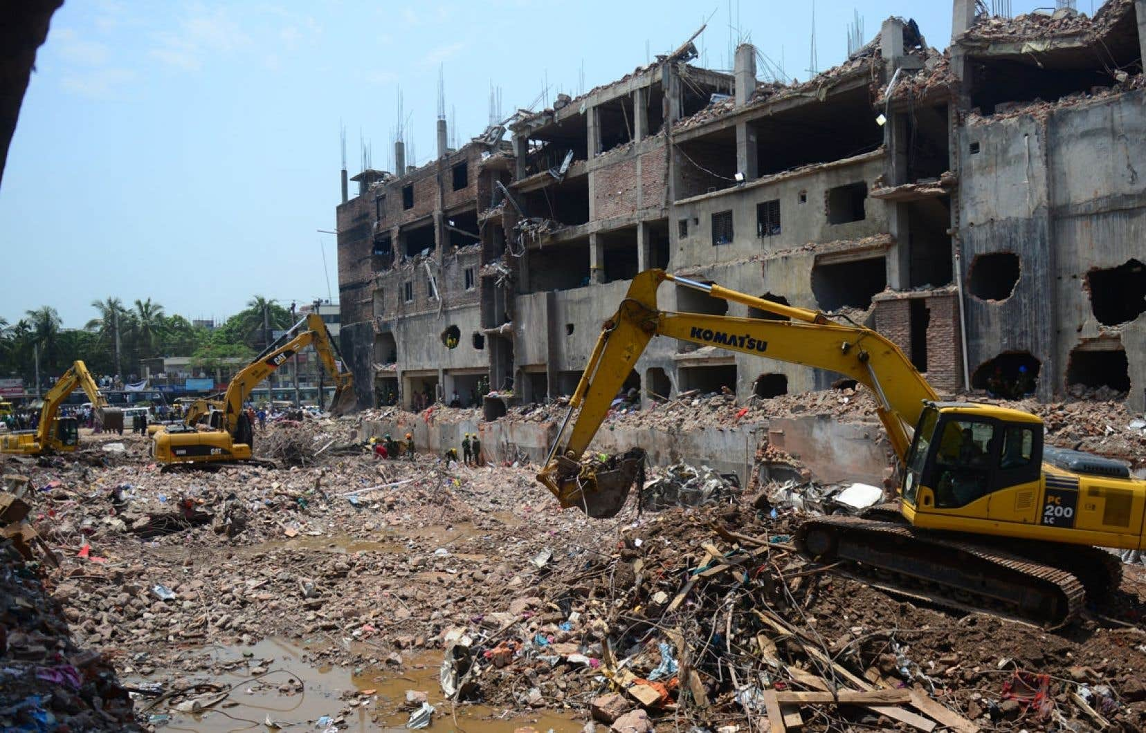 Des travailleurs s'affairent dans les débris du Rana Plaza. L'effondrement de cette usine textile a déclenché la mobilisation autour du secteur.