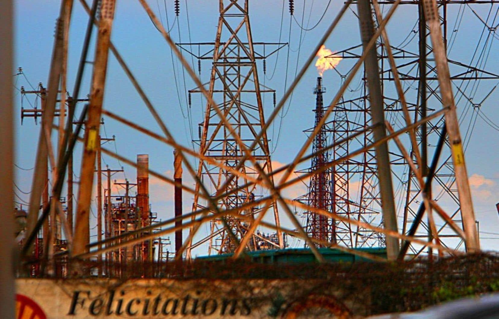 La raffinerie Shell, dans Montréal-Est.Terre d'accueil de l'industrie pétrolière au début du 20e siècle, Montréal-Est traîne un passé industriel qui a laissé des traces profondes.