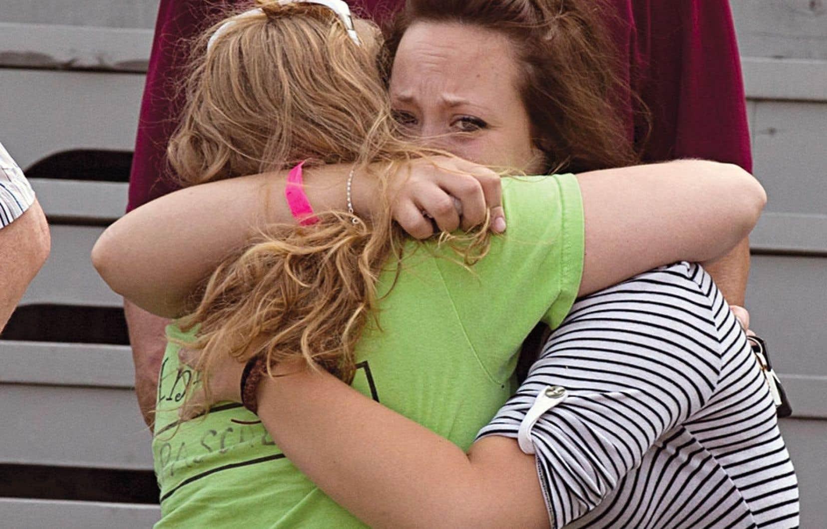 <div> Des proches des disparus tentant de se r&eacute;conforter, dimanche, &agrave; Lac-M&eacute;gantic.</div>