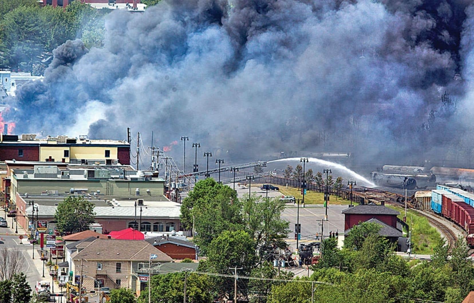 <div> Scène de désolation au centre-ville de Lac-Mégantic samedi matin, à la suite de la catastrophe ferroviaire qui a provoqué la mort d'au moins cinq personnes et la disparition de dizaines d'autres.</div>