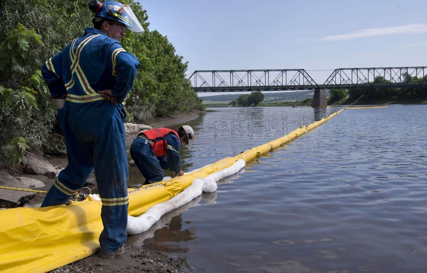 Une équipe d'urgence environnementale à l'œuvre sur les berges de la rivière Chaudière, à Saint-Joseph-de-Beauce