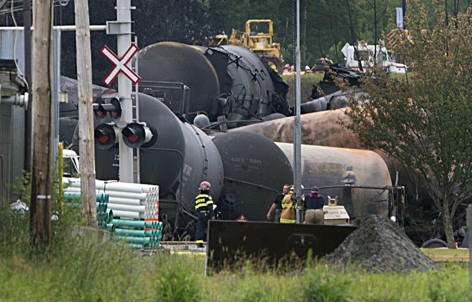 Des wagons-citernes incendiés à Lac-Mégantic. Le réseau ferroviaire n'a pas été construit pour desservir le secteur pétrolier, dit un économiste de l'Université d'Ottawa.