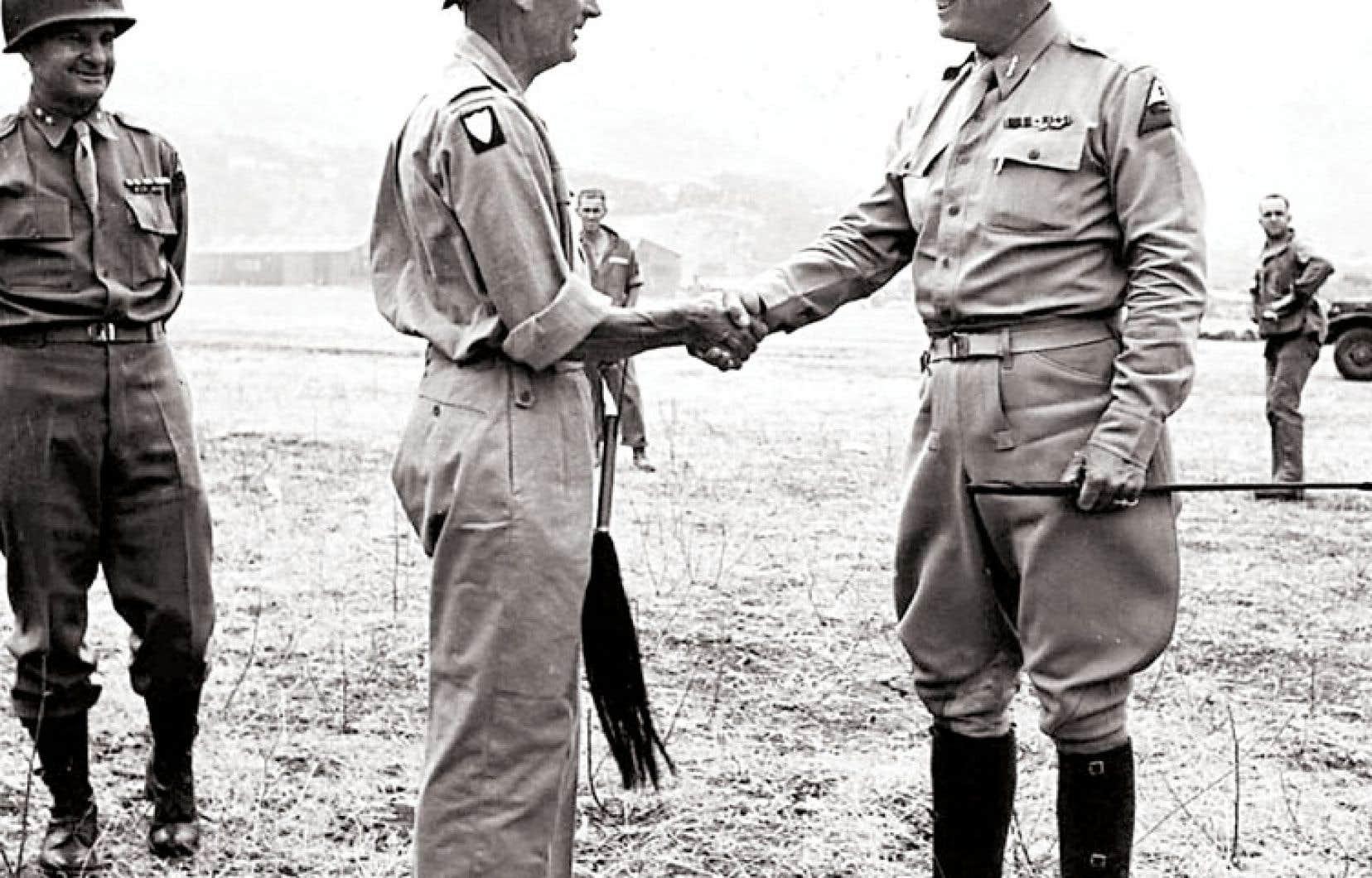 Le général Bernard Montgomery rencontre son homologue américain George S. Patton à l'aéroport de Palerme, en Sicile, le 28 juillet 1943.