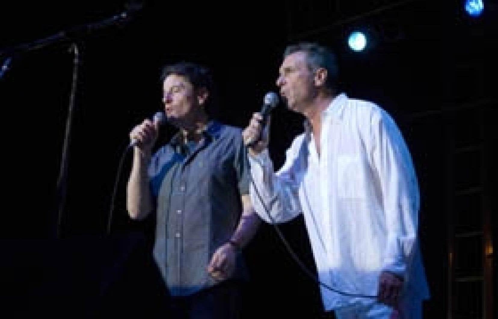 Francis Cabrel et Zachary Richard chantant côte à côte à Lafayette, en Louisiane.