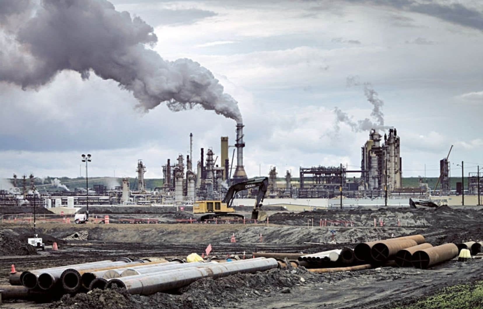 Installation pétrolière à Fort McMurray, en Alberta, comme observée par la délégation québécoise.