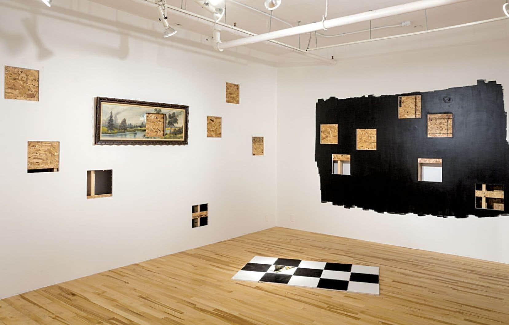Avec l'installation Les entre-deux, Guillaume La Brie mêle contenu et contenant, se servant des murs de la galerie Trois Points comme matériau artistique.