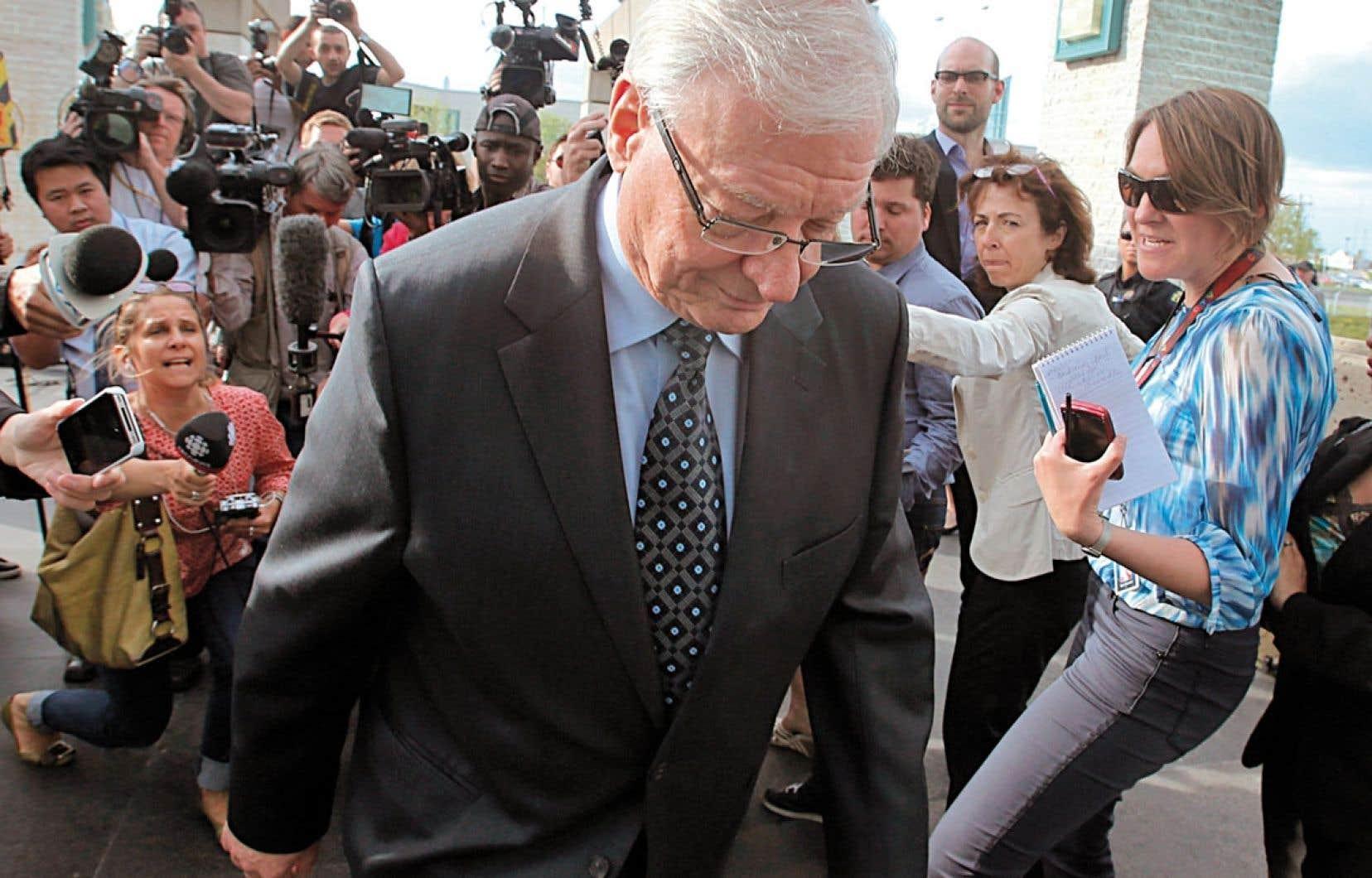 Le 9 mai dernier, le maire déchu Gilles Vaillancourt affronte une horde de médias traquant l'accusé de « gangstérisme » pour lui soutirer quelques mots. En haut à droite, surpassant les autres d'au moins une tête, notre journaliste Guillaume Bourgault-Côté.