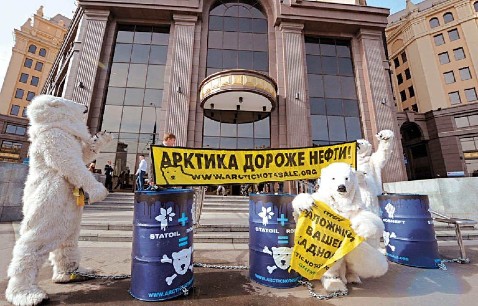<div> L'Arctique fond à cause du réchauffement climatique, et des membres de Greenpeace déguisés en ours blancs manifestaient en avril dernier à Moscou contre les activités de forage de la société pétrolière norvégienne Statoil près du cercle polaire.</div>