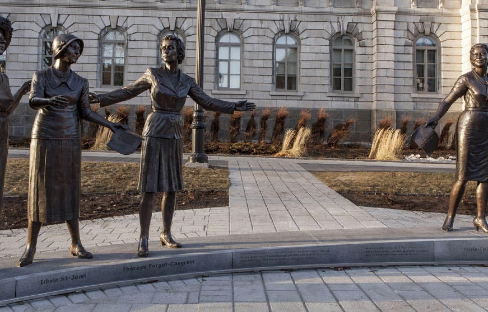 En décembre 2012, quatre femmes « historiques » sont apparues sur la façade sud du Parlement : trois « suffragettes », Thérèse Forget-Casgrain, Marie Lacoste Gérin-Lajoie et Idola Saint-Jean, ainsi que la première députée de l'histoire du Québec, Marie-Claire Kirkland.